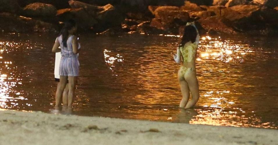 12.jul.2014 - Rihanna está aproveitando bem sua visita ao Rio de Janeiro. A cantora foi clicada se divertindo com amigas na praia da Urca, na noite deste sábado