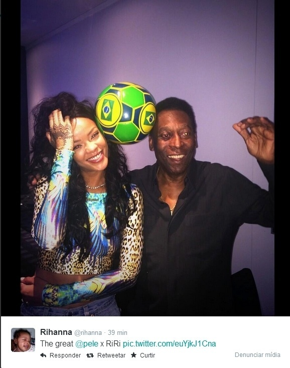 """12.jul.2014 - Rihanna posta foto batendo bola ao lado de Pelé. """"O melhor"""", escreveu a cantora na legenda da imagem."""