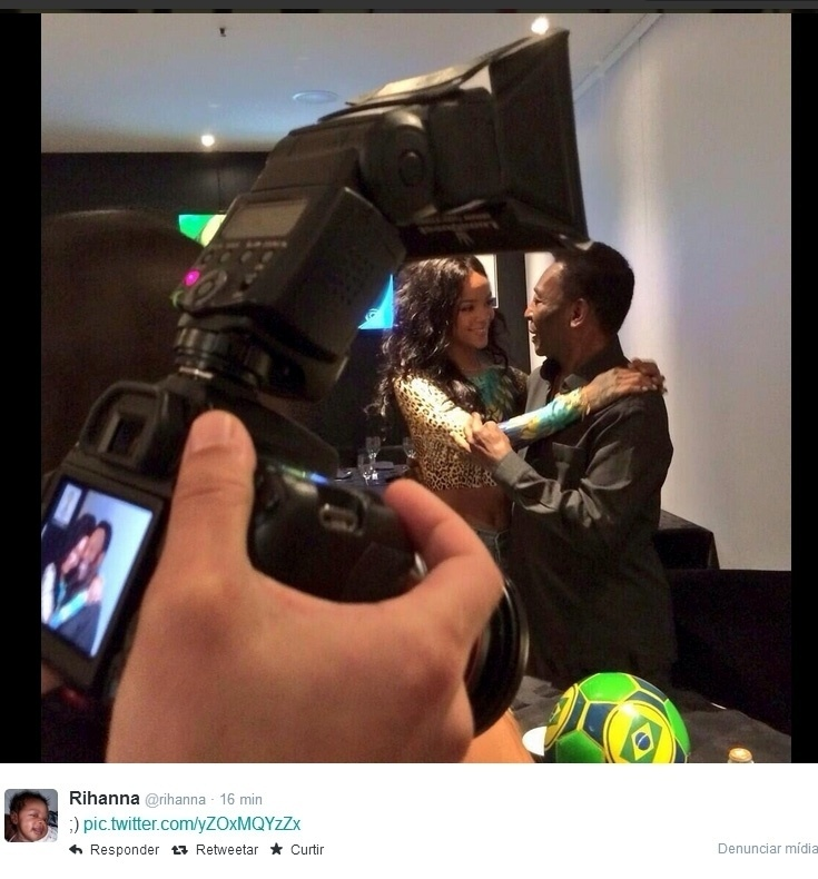 12.jul.2014 - Rihanna posta tietando Pelé, em hotel, no Rio. A cantora está no Brasil à convite de uma marca de cervejas na qual é garota propaganda. Ela deve assistir à final da Copa do Mundo, no Maracanã