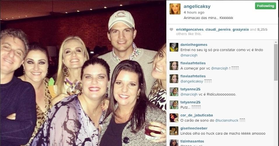 """12.jul.2014 - """"A animação das mina"""", escreveu Angélica ao publicar essa foto. Ashton Kutcher foi a grande atração da noite na festa na casa de Huck e Angélica, no Joá"""