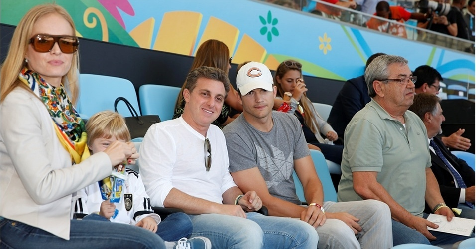 13.jul.2014 - Ashton Kutcher assiste à final da Copa do Mundo no Maracanã ao lado de Luciano Huck, Angélica e os filhos do casal