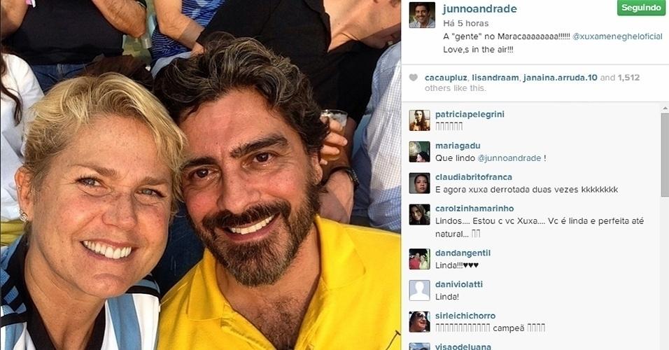 13.jul.2014 - Sem maquiagem, Xuxa assiste com o namorado, Junno, à final da Copa do Mundo no estádio do Maracanã