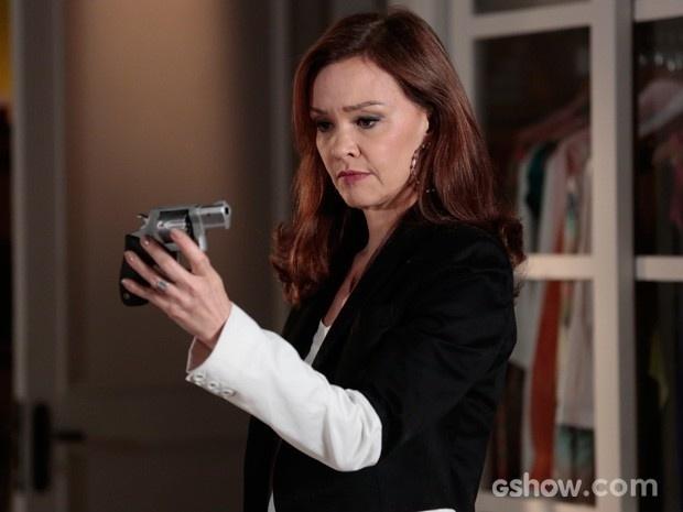 Helena olha fixamente para a arma
