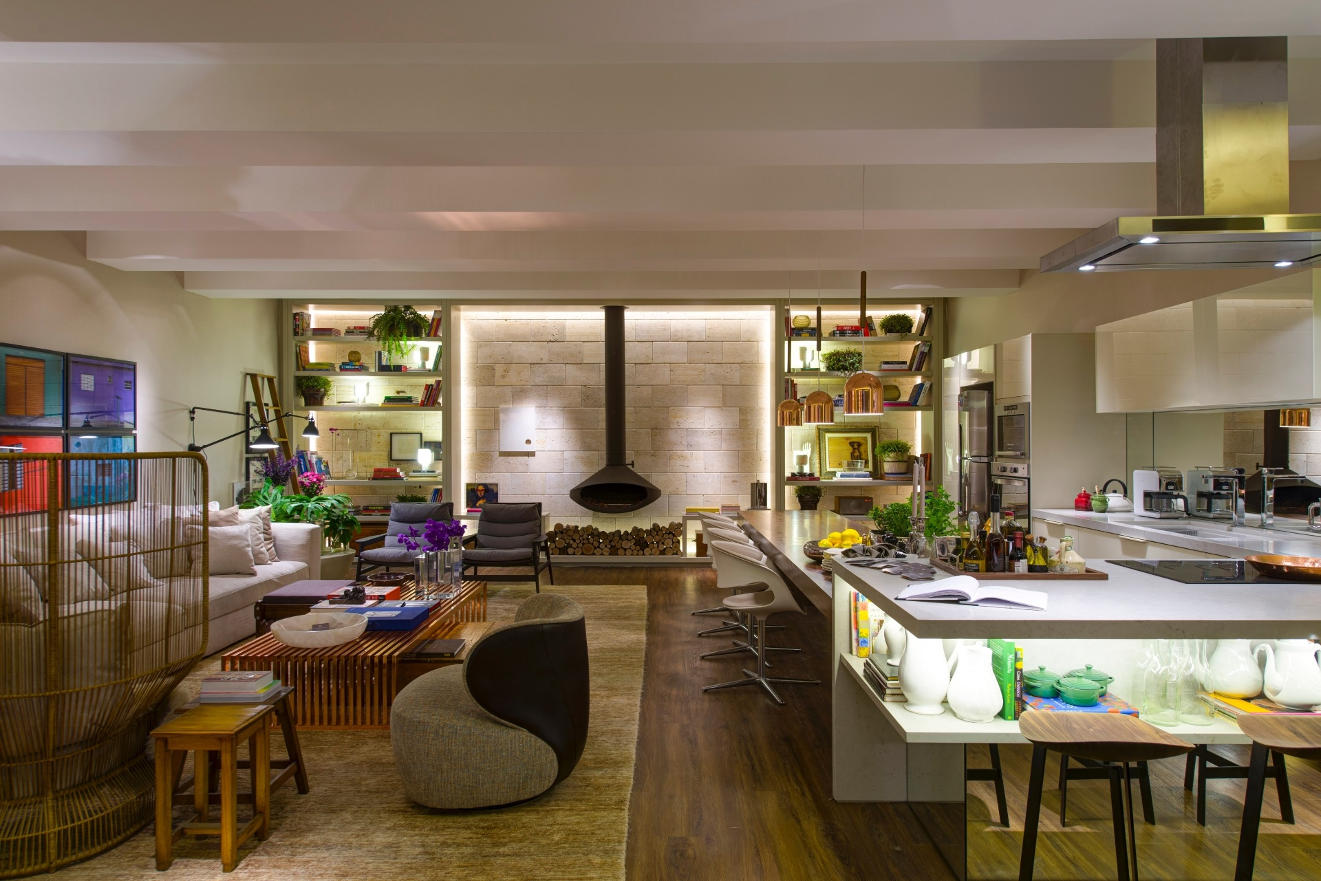 sala de estar e cozinha ao fundo a lareira construflama suspensa e #997D32 1920 1281