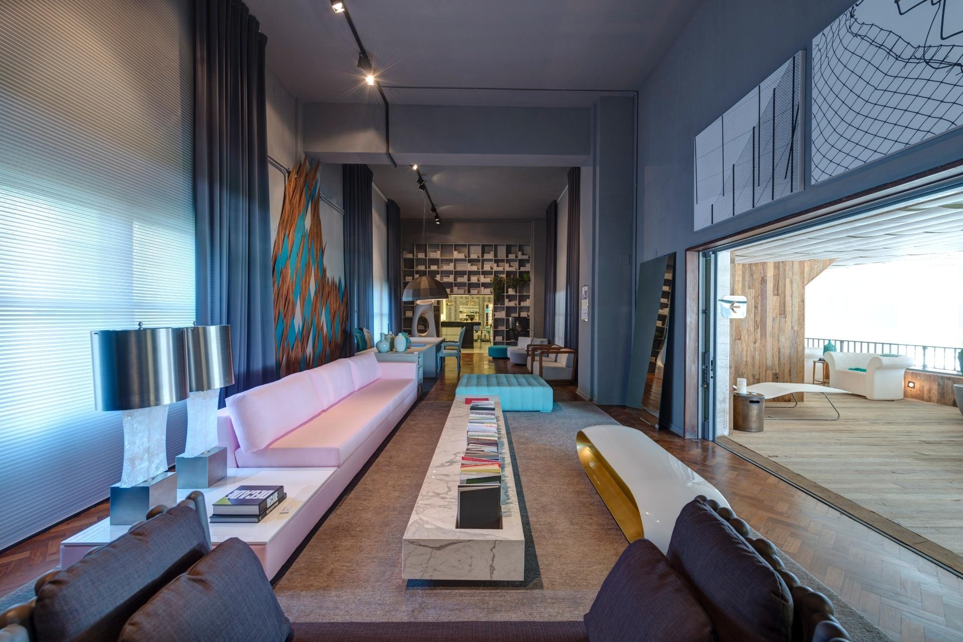 Esta sala de estar é emoldurada por grandes cortinas (Casa Decolar), em tom grafite e persianas (Amorim), em tecido prata, em três pontos: à esquerda e ao fundo, nas duas laterais. Entre eles (à esq.), está o painel de escamas de peixes em laminado Formica, idealizado por Francisco Cálio, quem assina o Living&Spa. A 28ª edição da Casa Cor SP apresenta 79 ambientes até dia 20 de julho de 2014, no Jockey Club de São Paulo, na Av. Lineu de Paula Machado, 1173. Outras informações: www.casacor.com.br