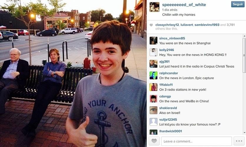 13.jul.2014 - O adolescente Tom White posta foto com o cantor Paul McCartney e o magnata Warren Buffet ao fundo, sentados em um banco na cidade de Omaha, nos Estados Unidos.