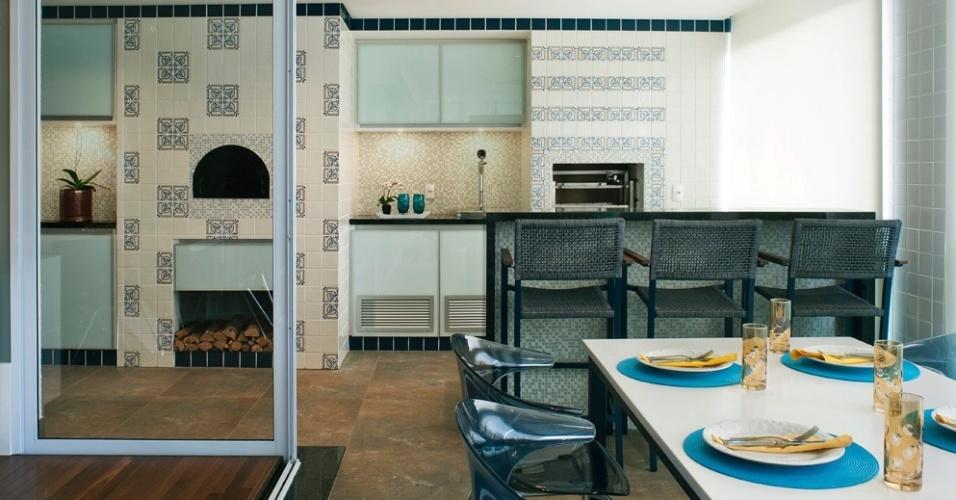 Com 28 m², o terraço é o espaço predileto do dono da casa, que sempre reúne seus amigos em torno do forno de pizza, da churrasqueira e da chopeira. O destaque fica para a azulejaria em estilo campestre, remetendo aos azulejos portugueses. O apê FMS tem projeto de reforma do escritório KTA Arquitetura