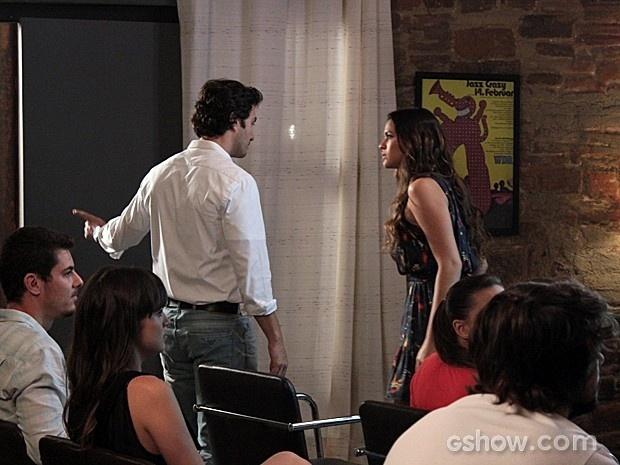 Laerte fala para Luiza sair da aula de fotografia