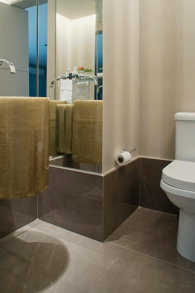 uol decoracao lavabo:lavabo ganhou um toque diferenciado com o piso de mármore bronze