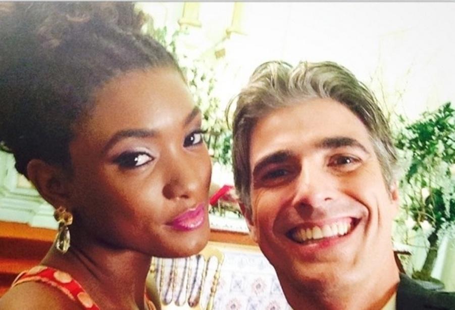 16.jul.2014- Erika Januza posa ao lado de Reynaldo Gianecchini nos bastidores de gravações de casamento do capítulo final de
