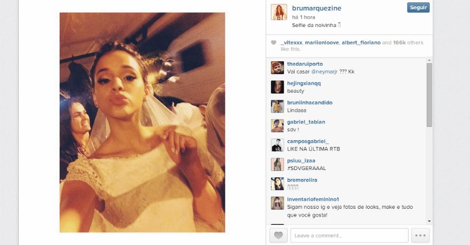 16.jul.2014 - Bruna Marquezine posta foto vestida de noiva durante as gravações de