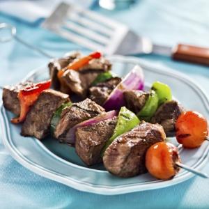 Espetinhos podem ser sugestões charmosas e apetitosas para servir em casamentos rústicos ou no campo