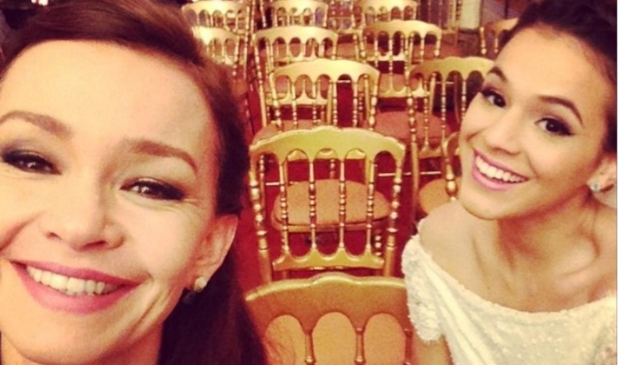 16.jul.2014 - Julia Lemmertz com Bruna Marquezine ao fundo aguardam gravações de cenas do casamento de Luiza e Laerte: