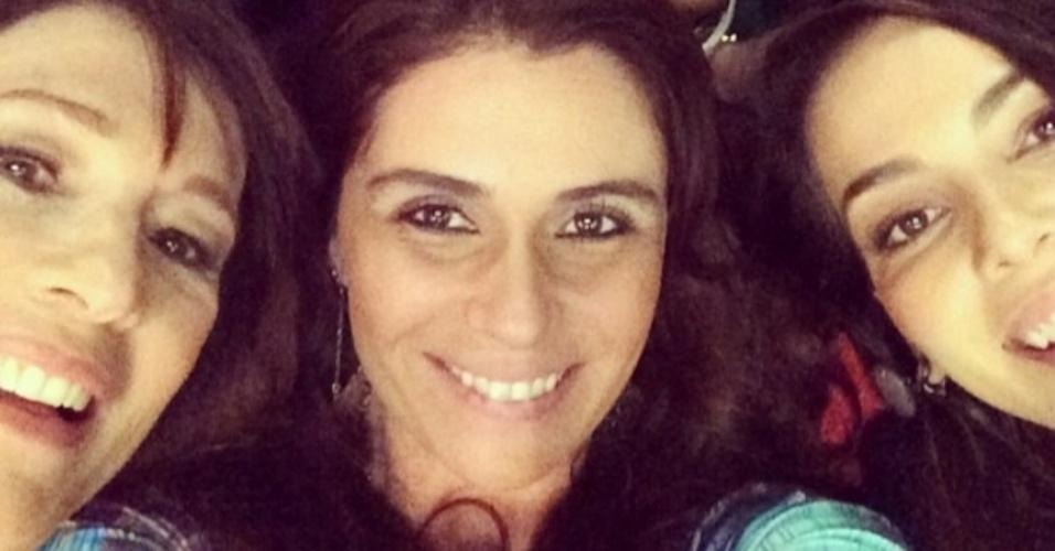 17.jul2014- Giovanna Antonelli faz selfie com elenco de