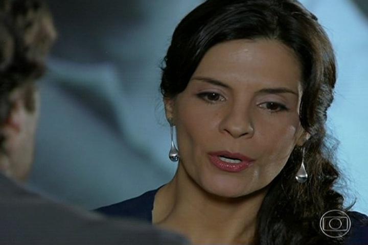 18.jul.2014 - Após flagrar Laerte beijando Lívia, Verônica o aconselha a se afastar da garota, pois ela está fascinada pelo músico