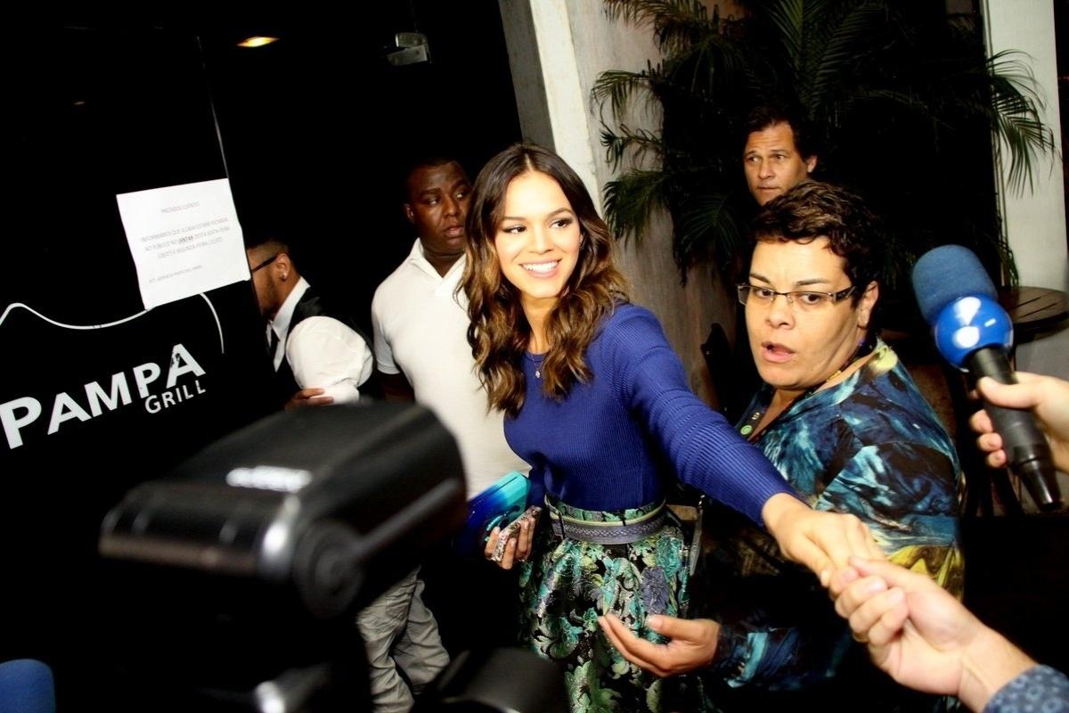 18.jul.2014 - Bruna Marquezine chega para conferir último capítulo de