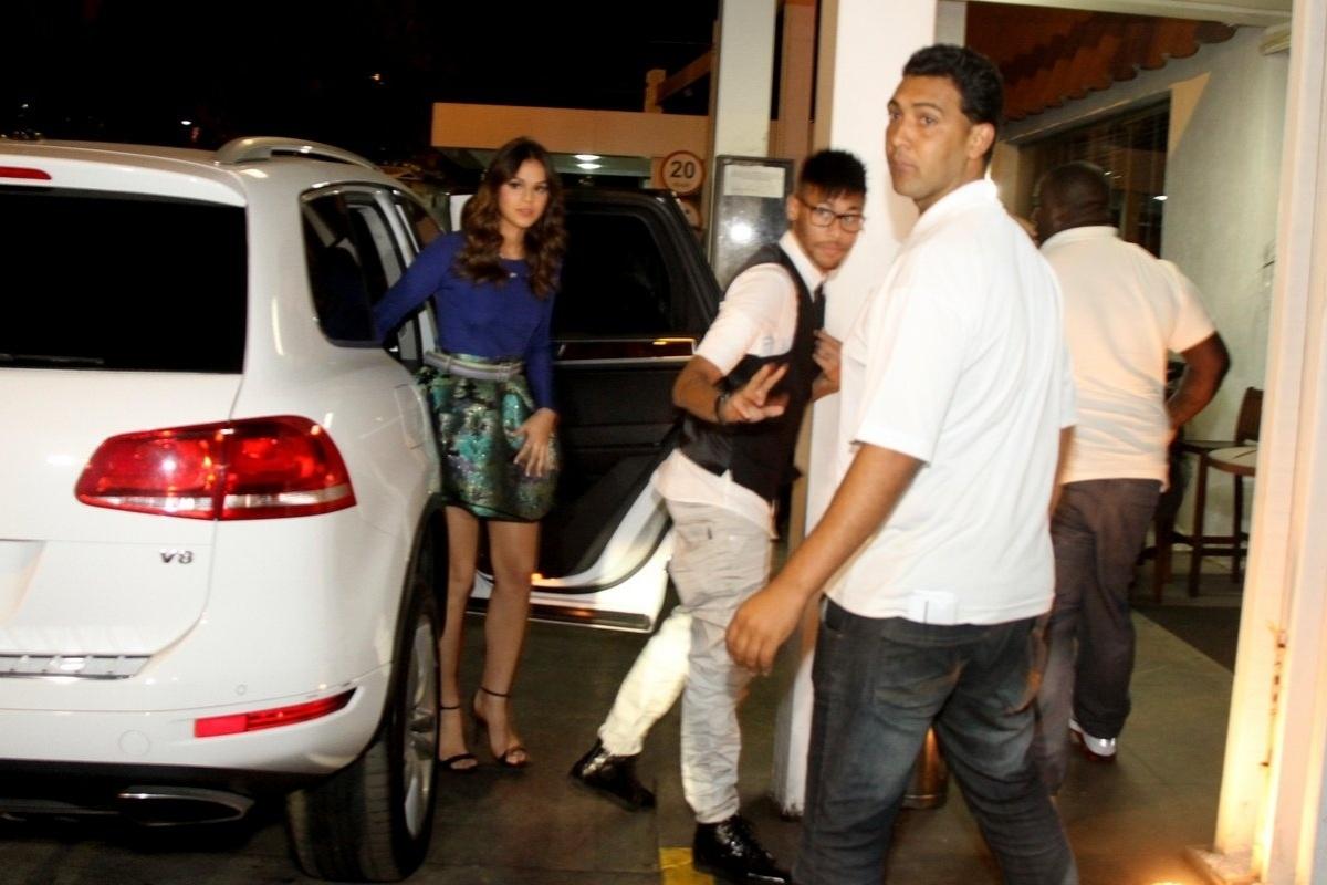 18.jul.2014 - Cercado de seguranças, Bruna Marquezine e Neymar chegam a churrascaria no Rio para assistir o último capítulo de