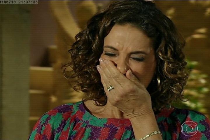 18.jul.2014 - Depois de mentir para André dizendo que ele não é seu filho, Branca chora e pede à empregada para não revelar seu segredo