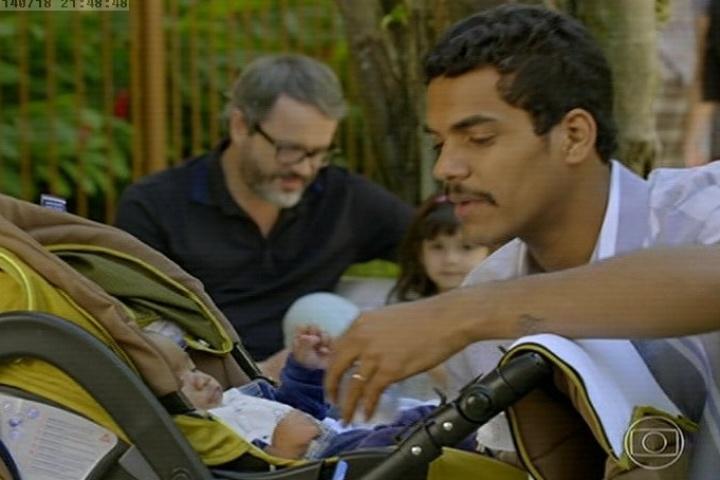 18.jul.2014 - Jairo e Nando brincam com os filhos enquanto são observados por Juliana