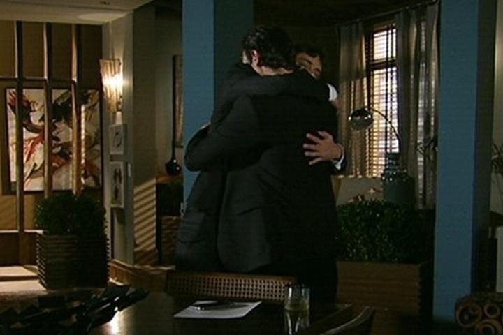 18.jul.2014 - Laerte abraça o filho Leto e pede que ele toque a música que compôs para Luiza no casamento