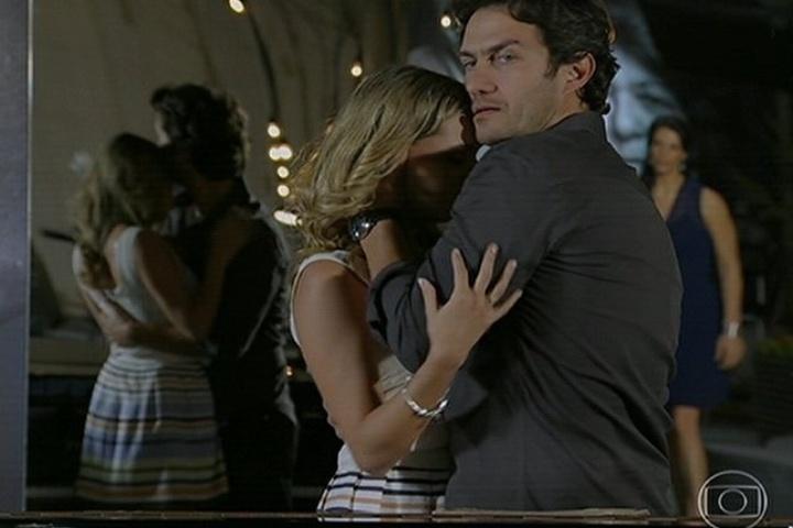 18.jul.2014 - Laerte beija Lívia, mas é flagrado por Verônica