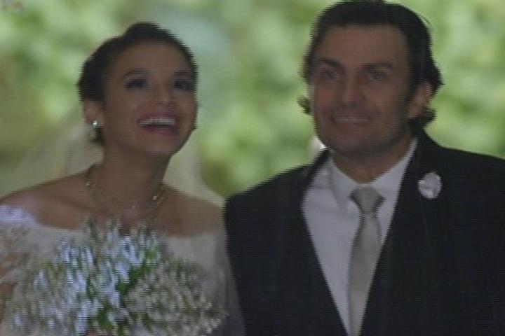 18.jul.2014 - Luiza e Laerte deixam a igreja após se casarem