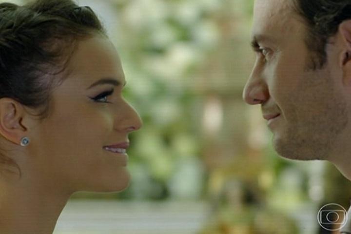 18.jul.2014 - Luiza e Laerte se olham apaixonados no altar