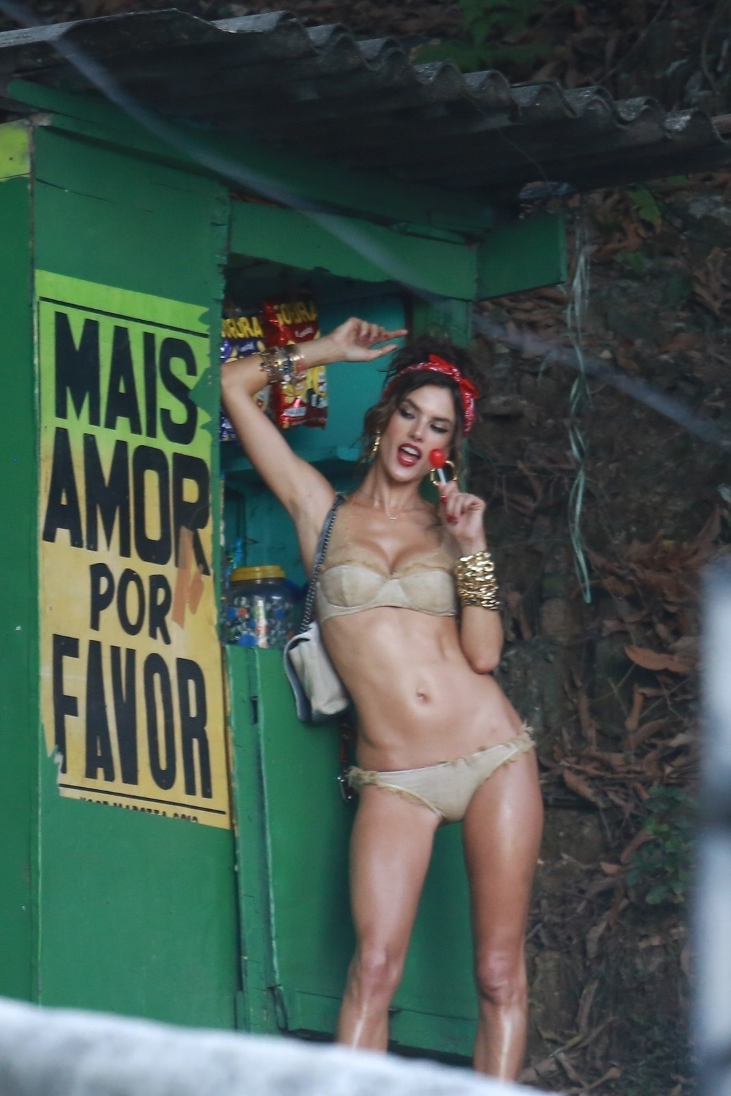 18.jul.2014 - Sensual, Alessandra Ambrosio faz fotos apenas de lingerie no Morro do Vidigal, no Rio de Janeiro, e posa segurando um pirulito