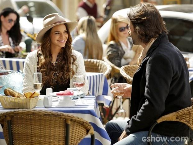 Luiza (Bruna Marquezine) conhece músico em um bistrô em Paris. O nome do rapaz é Marcelo (Flávio Tolezani) que revela ser pianista