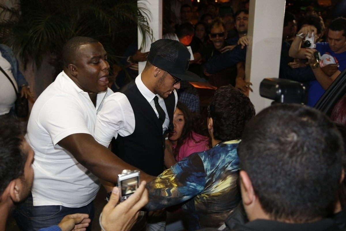 18.jul.2014 - Neymar causa tumulto ao deixar churrascaria onde o elenco de