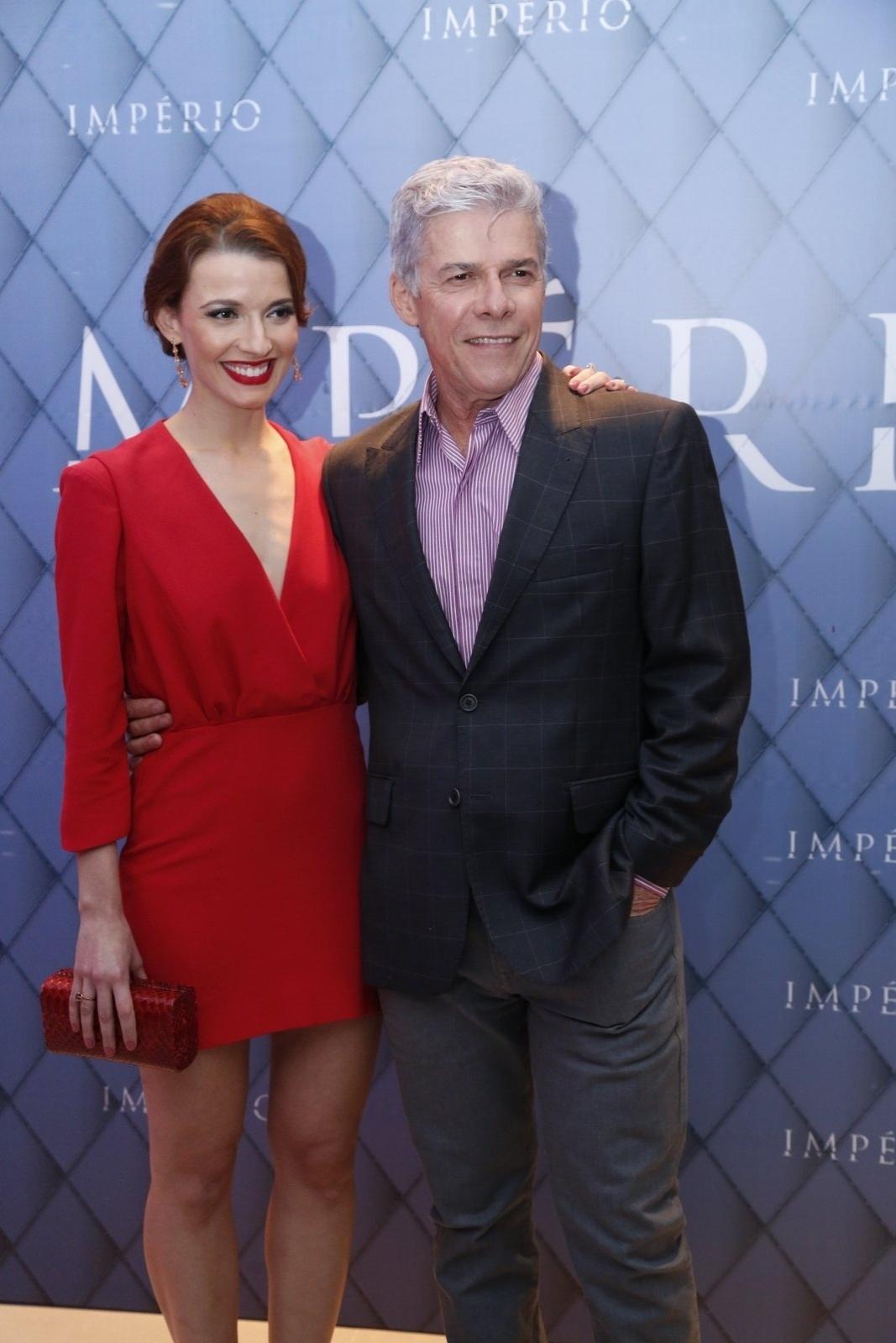 19.jul.2014 - Julia Fajardo e José Mayer prestigiaram a festa de lançamento da novela