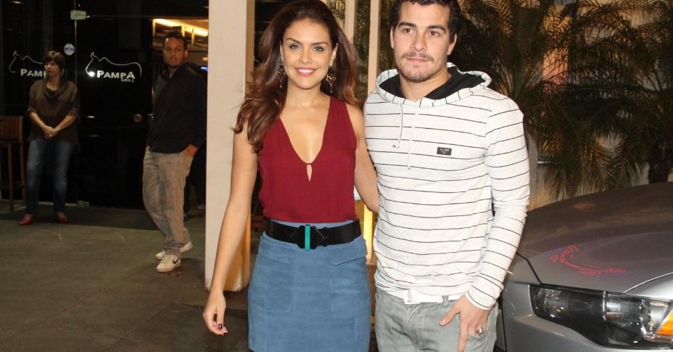 21.jul.2014 - Paloma Bernardi e Thiago Martins chegam para assistir o primeiro capítulo de