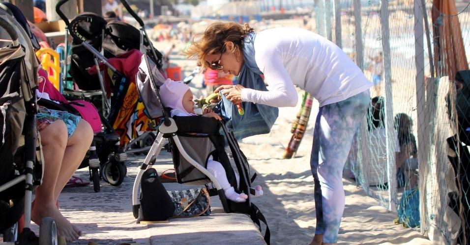 23.jul.2014 - Guilhermina Guinle passeia com a filha Minna na praia de Ipanema, na zona sul do Rio