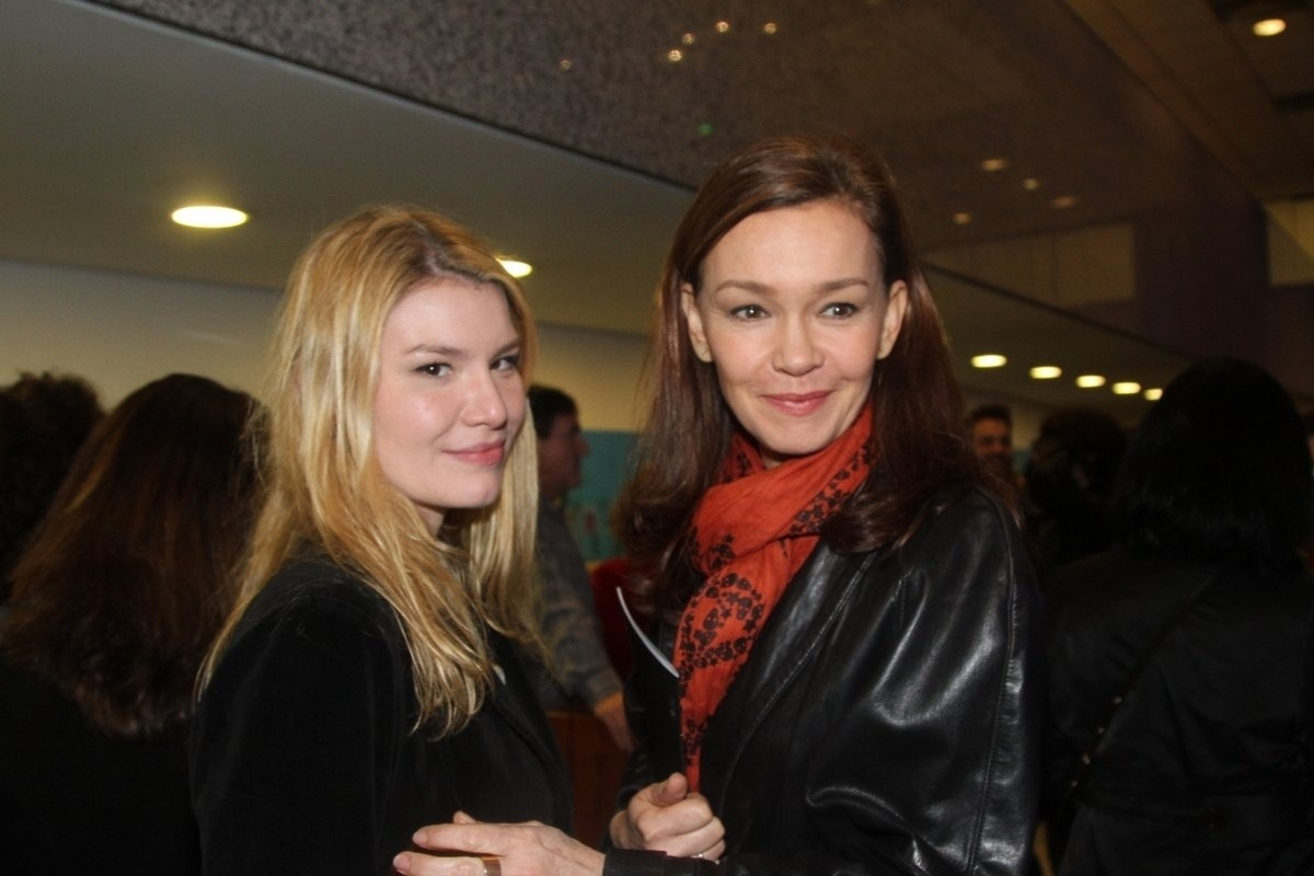 24.jul.2014 - Julia Lemmertz e a filha Luiza prestigiaram a estreia da peça