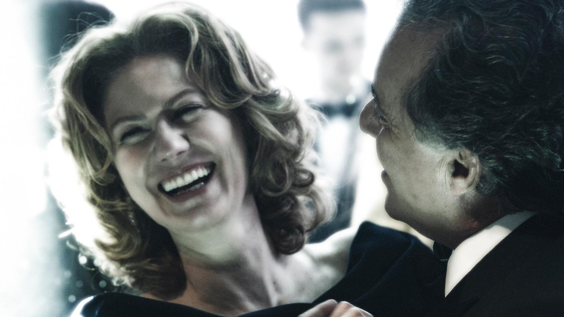 Carlos Braga (Tony Ramos) convida Angela (Patricia Pillar) para dançar em