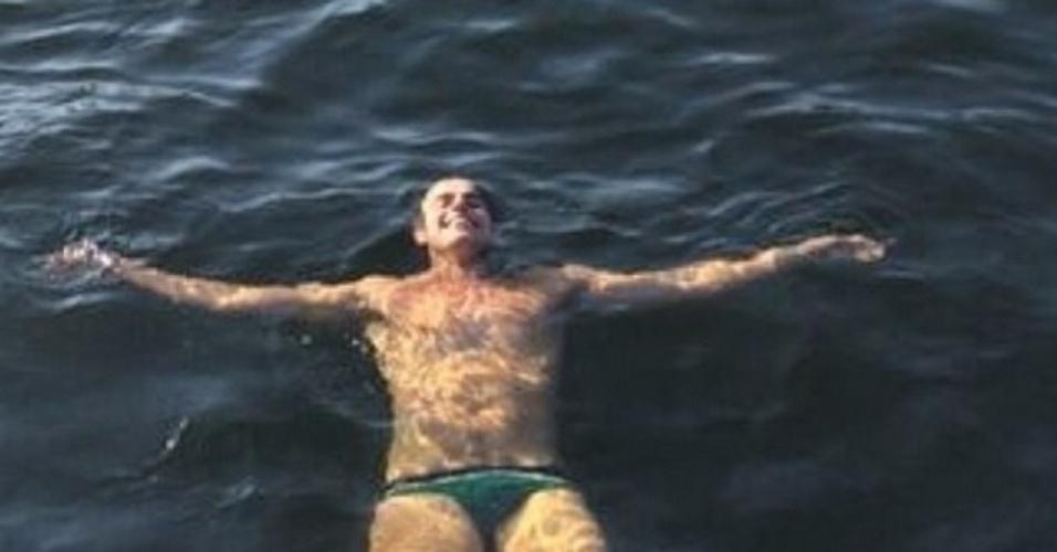 25.jul.2014 - Reynaldo Gianchinni nada de sunga em foto postada no Instagram