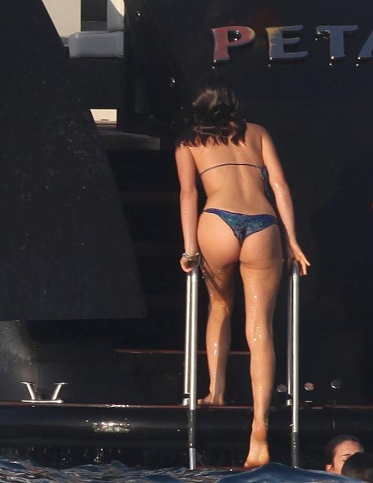 26.jul.2014 - Em alto mar e abordo de um iate, Bruna Marquezine não resistiu e caiu no mar. A namorada de Neymar está com tudo em cima