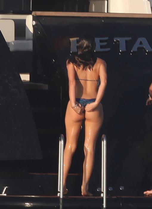 26.jul.2014- Bruna Marquezine deu aquela ajeitadinha providencial no biquíni depois de cair no mar