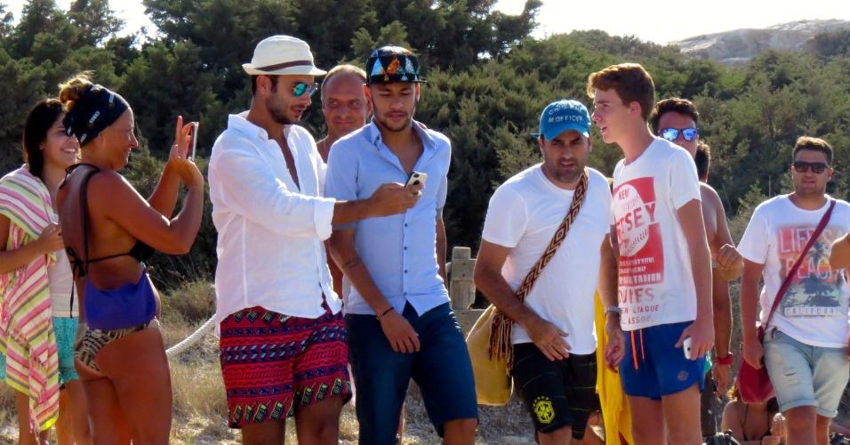 26.jul.2014 -Neymar é tietado por fãs durante o passeio que fez com Bruna Marquezine na praia de Formentera, Ibiza, neste sábado (26)