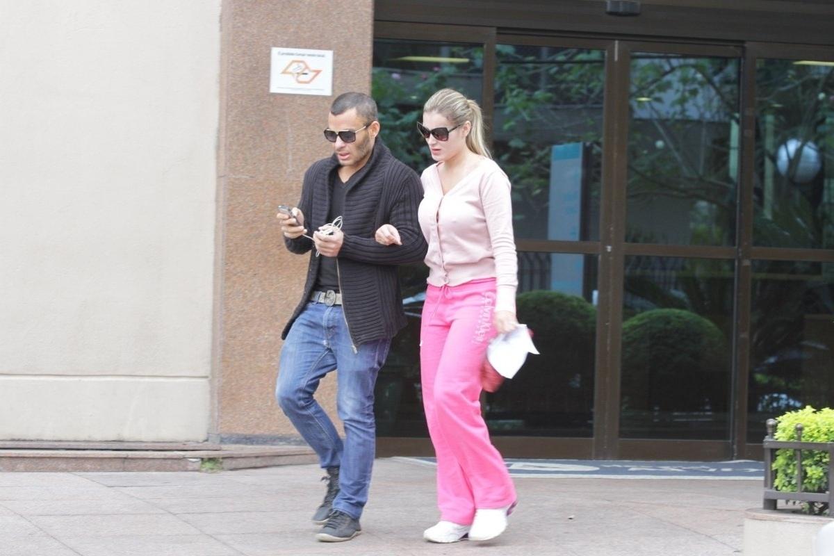 28.jul.2014 - Acompanhada de seu assessor, Andressa Urach deu entrada na emergência do Hospital Alvorada, em São Paulo, sentindo dores nas pernas