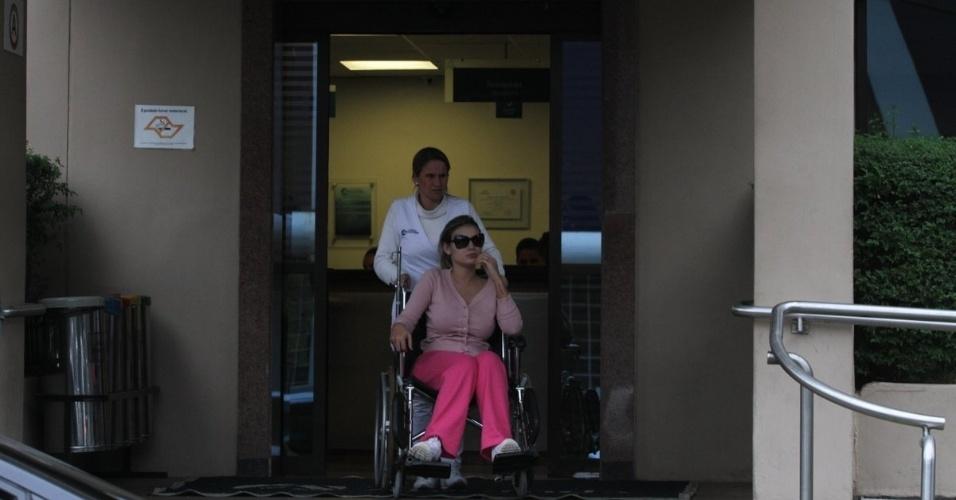 28.jul.2014 - Após ser medicada, Andressa Urach deixou a emergência do do Hospital Alvorada. Segundo assessor de imprensa da modelo, a causa da inflamação nas pernas aconteceu em razão de resíduos da aplicação de hidrogel feito por Andressa