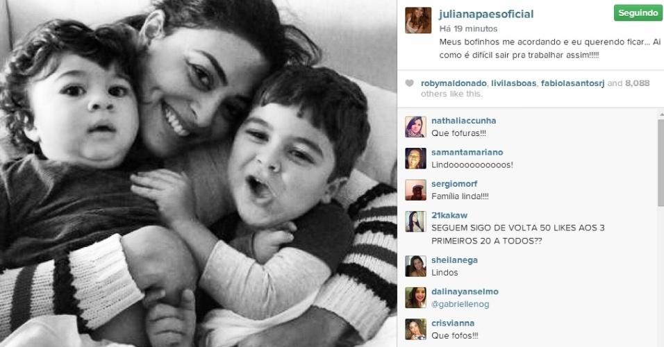 28.jul.2014 - Juliana Paes postou foto com os fihos Antonio e Pedro no Instagram ao acabar de acordar.