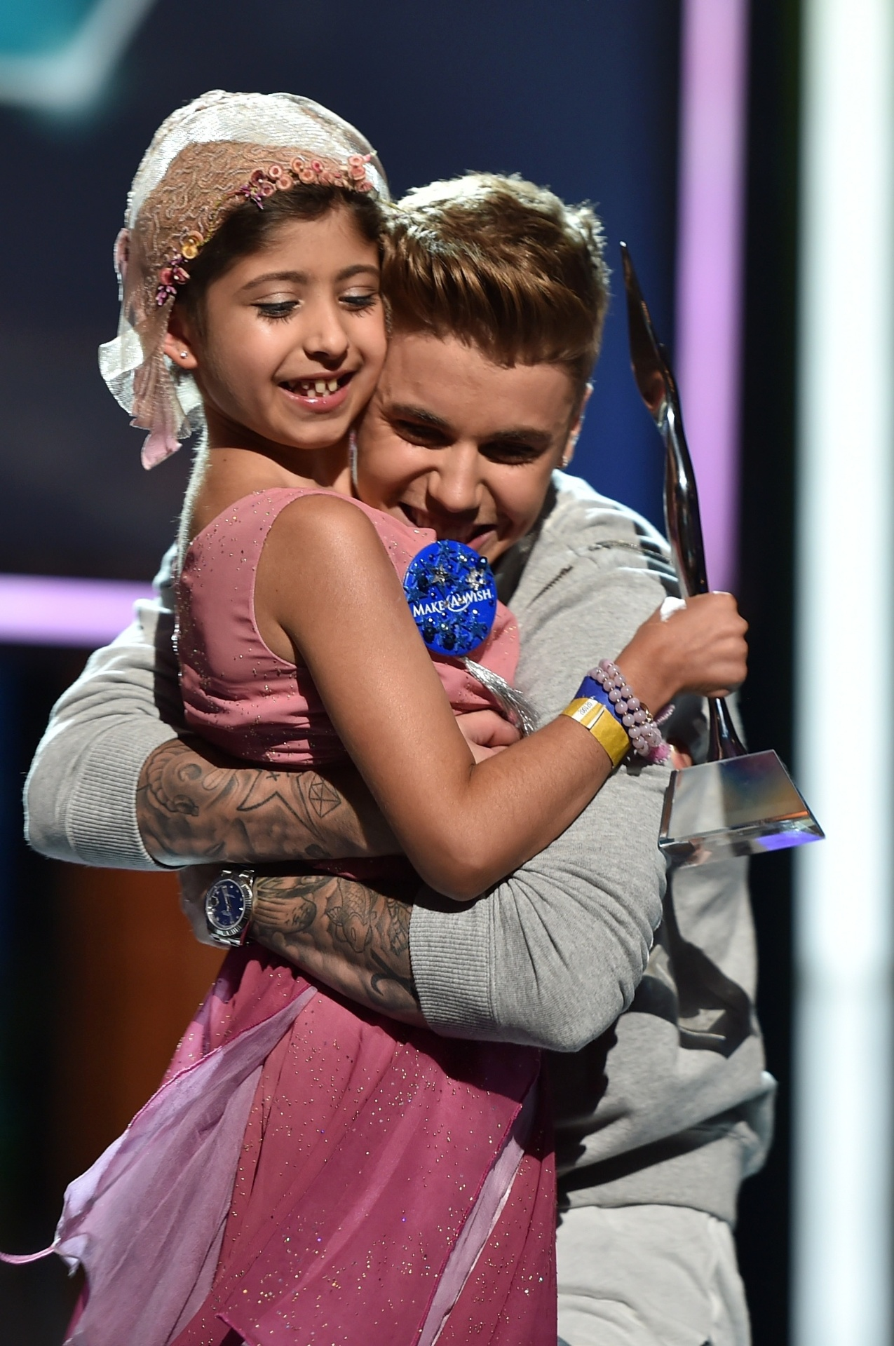 Justin Bieber recebe o prêmio de Grace Kesablak no palco do Young Hollywood Awards 2014
