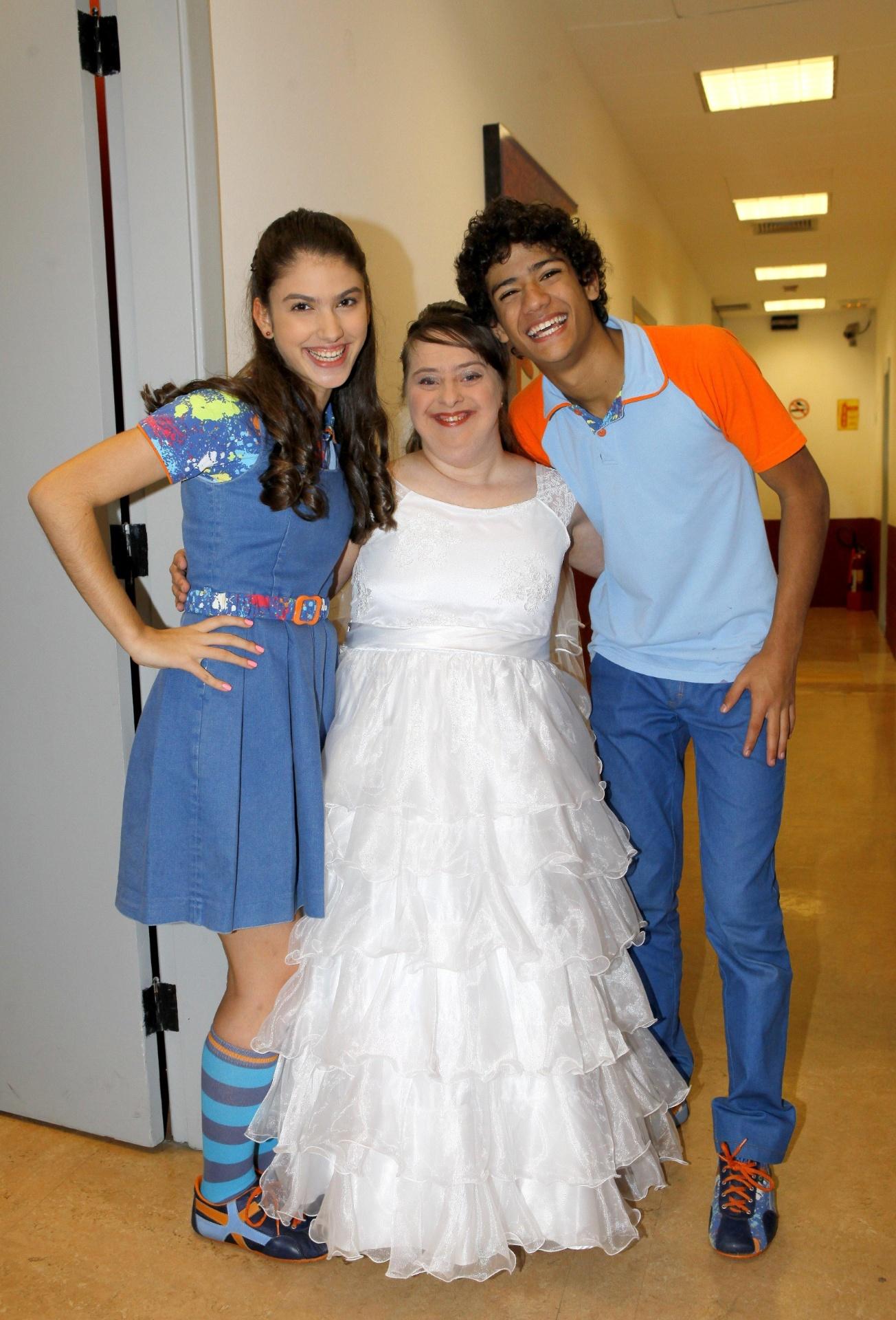 29.jul.2014 - A atriz Rita de Cássia posa com os atores de