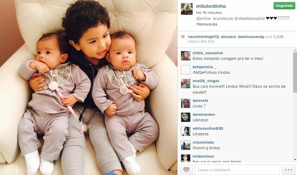29.jul.2014 - Dentinho mostra foto dos filhos, na qual Bruno Lucas, de 1 ano, aparece abraçado com as gêmeas Rafaella e Sophia, de três meses.
