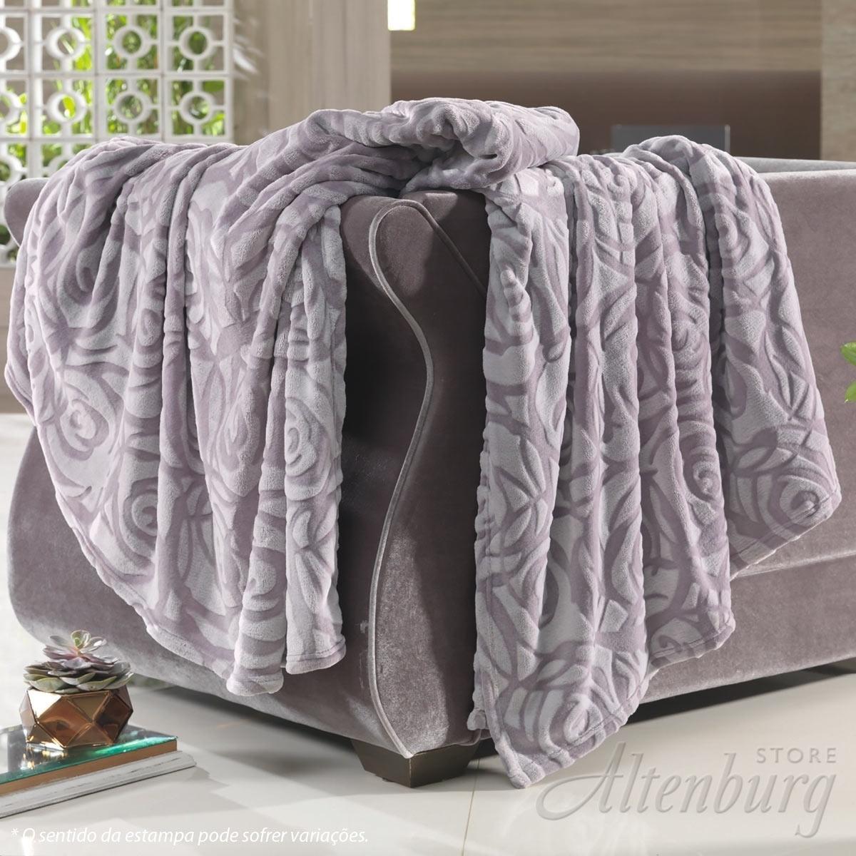 A manta fleece da Altenburg é fabricada em microfibra de poliéster e está disponível nos tamanhos solteiro, casal e