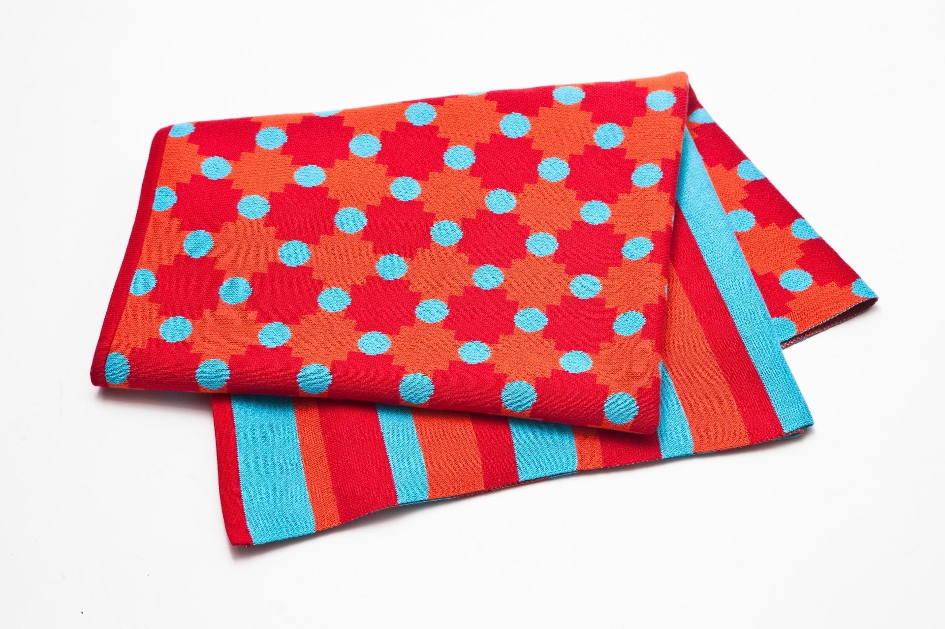 A manta Tricô Carimbo, da Alfaias, é feita de acrílico e mede 130 cm por 160 cm. A peça é vendida no e-commerce da marca (www.alfaias.com.br) I Outras informações podem ser obtidas com o fornecedor