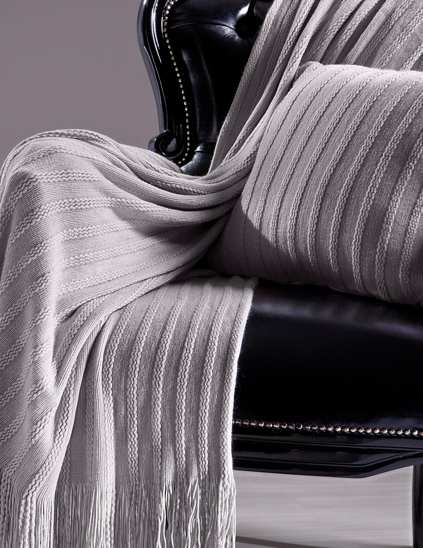 Confeccionada em relevo que remete ao tricô, a manta Viareggio (130 cm por 180 cm), da Trussardi (www.trussardi.com.br), é produzida em acrílico I Outras informações podem ser obtidas com o fornecedor