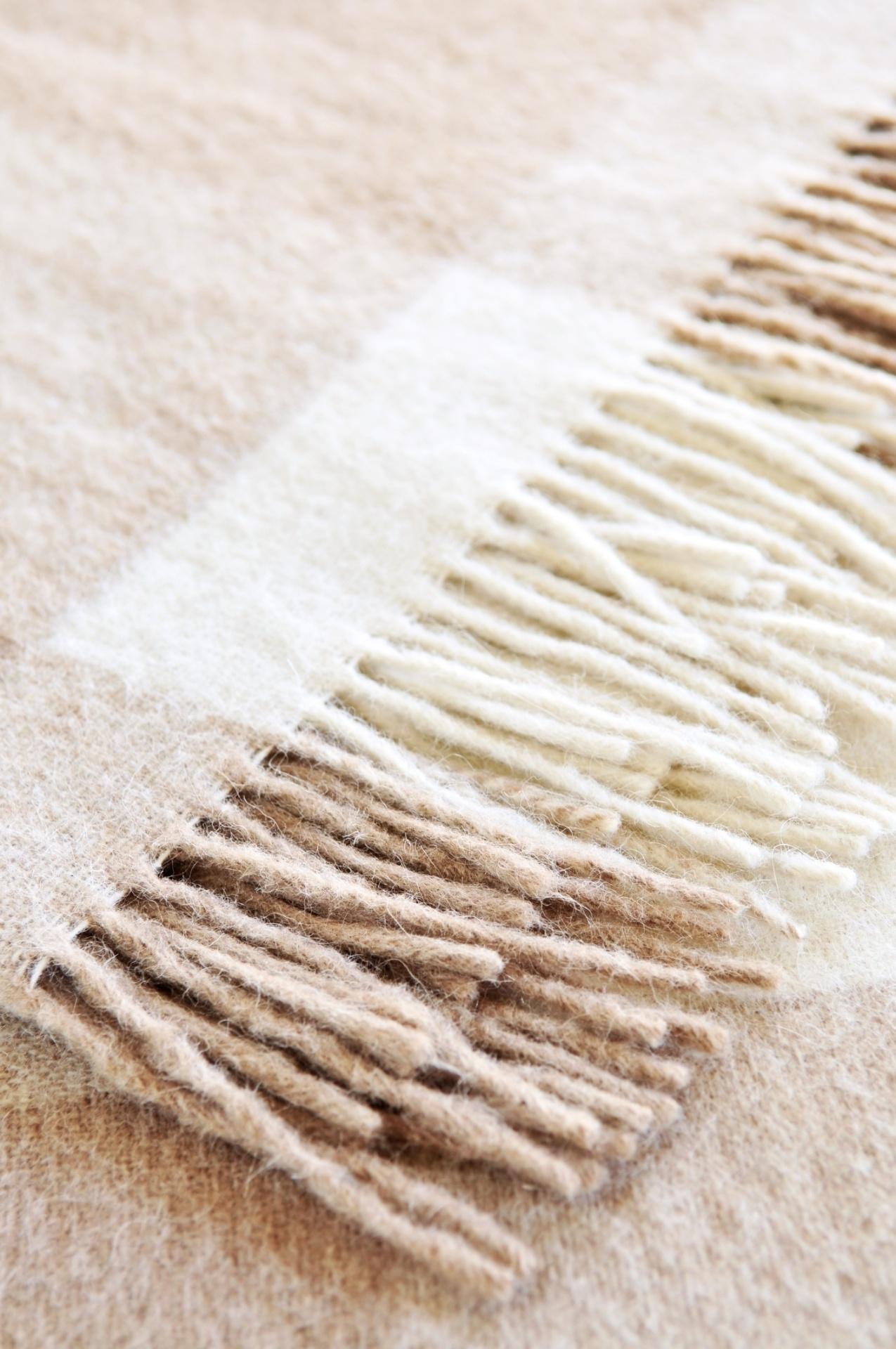 LÃ - Assim como os edredons, os cobertores e mantas atuam como um isolante térmico que retêm o calor do corpo. O tipo de fibra, o modo como o tecido da peça se forma e a densidade do material (peso por unidade de área) interferem diretamente na capacidade de isolamento
