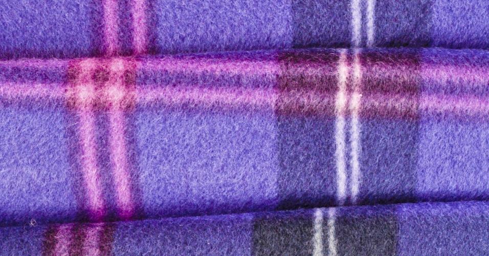 POLIÉSTER - O poliéster é outro exemplo de fibras sintéticas, ou seja, fabricadas pelas mãos do homem, que podem ser utilizadas em forma de filamentos contínuos ou fibras cortadas para serem misturadas a fios curtos como os de algodão